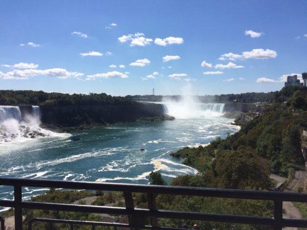 カナダって言ったらやっぱナイアガラの滝に行くよね。一人で。